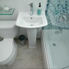 Раковина между ванной и унитазом