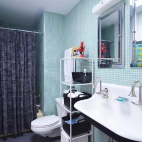 Серая шторка на карнизе в ванной