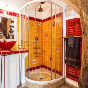 Красивая ванна с яркой отделкой