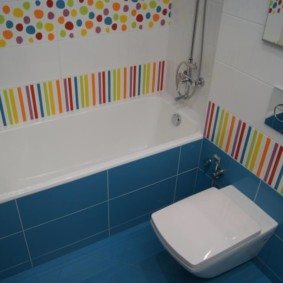 Синя плитка на полу в ванной