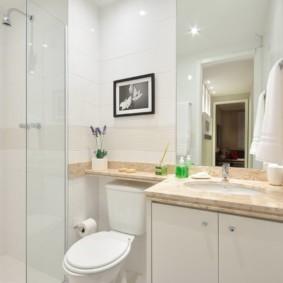 Белая ванная с классическим душем
