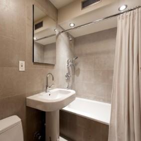 Бежевая шторка в ванной комнате