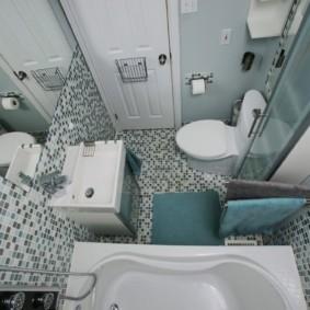 Мелкая мозаика на полу в ванной