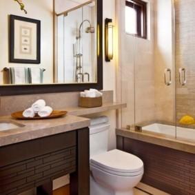 Стеклянные дверцы на ванне из акрила