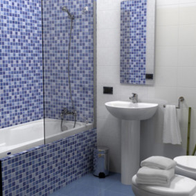 Стеклянная шторка на бортике ванной