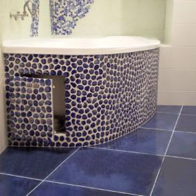 Дверка с мозаикой в обшивке ванной