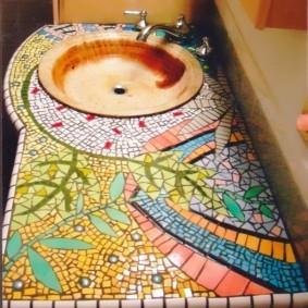 Рисунок на столешнице из мозаики разного размера