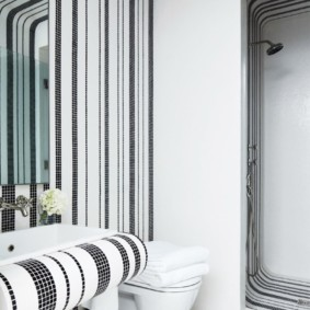 Черно-белая мозаика в ванной современного стиля