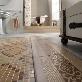 Керамическое покрытие пола в просторной ванной