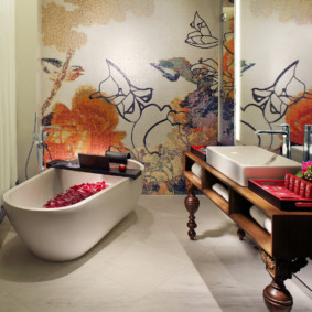 Белая ванна с лепестками роз