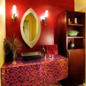 Красная стена в ванной восточного стиля