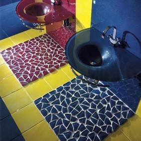 Коврики из мозаики на полу в ванной комнате