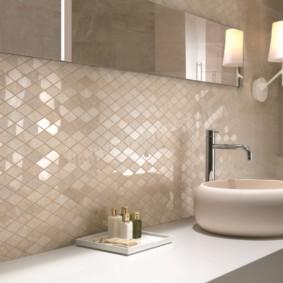 Узкое зеркало на стен с блестящей поверхностью