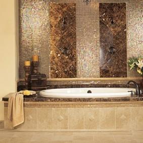Белая ванна на подиуме с керамической отделкой