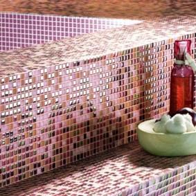 Мозаичная отделка ступеней в ванной комнате