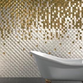 Стеклянная мозаика на стене ванной