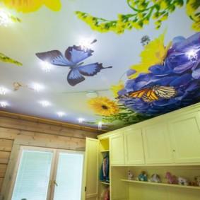Бабочка на полотне натяжного потолка