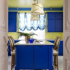 Желтый потолок в кухне частного дома