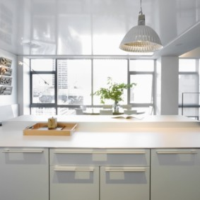 Белая кухня с большим окном