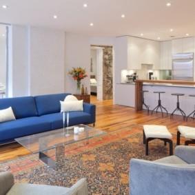 Синий диван на ламинированном полу