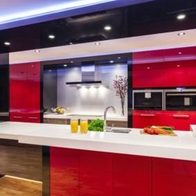 Интерьер кухни в черно-красном цвете