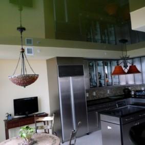 Темно-зеленый потолок с блестящей поверхностью