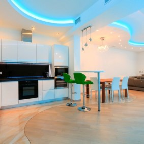 Неоновая подсветка на потолке кухни