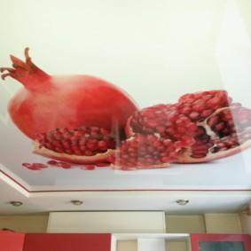 Яркие фрукты на потолке с фотопечатью