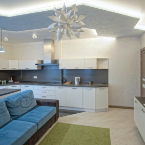 Кухня-гостиная с двухъярусным потолком