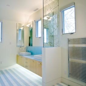 Естественное освещение в ванной с полосатым полом