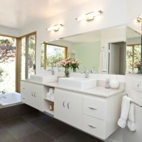 Белая мебель в интерьере ванной