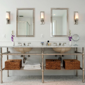 Плетенные корзины на полке в ванной