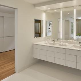 Дизайн ванной комнаты с большими зеркалами