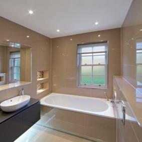 Глянцевые стены в ванной частного дома