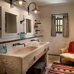 Каменные умывальники в ванной деревенского дома