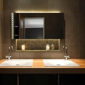 Декоративная ниша за зеркалом в ванной