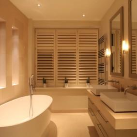 Рулонные шторы день ночь на окне в ванной