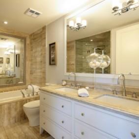 Большое зеркало в классической ванной