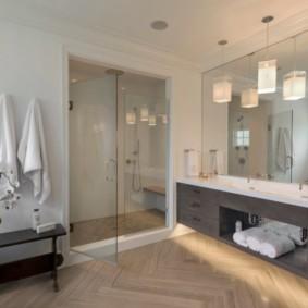 Паркетный пол в интерьере ванной