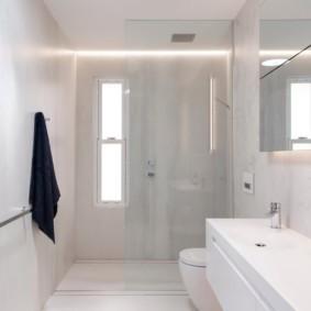 Черное полотенце на белой стене