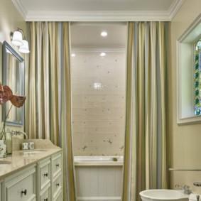 Дизайн ванной комнаты с полосатыми шторами
