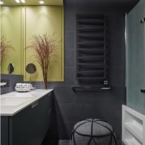 Темно-серая плитка на стене ванной
