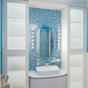 Овальное зеркало на мозаичной стене