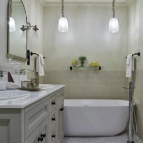 Мелкая мозаика на полу ванной комнаты