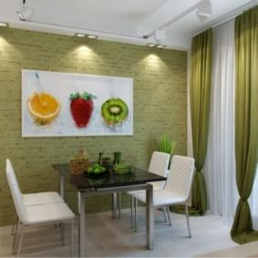 Зеленые шторы в обеденной зоне кухни