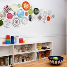 Декоративная композиция из разноцветных тарелок