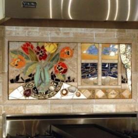 Мозаичное панно из цветных кусочков керамики