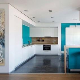 Встроенные светильники на потолке современной кухни