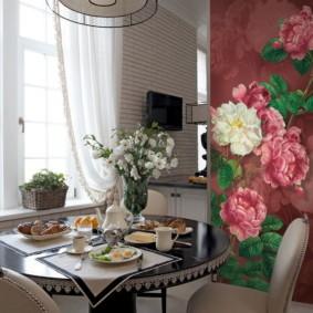 Живые цветы в вазе на обеденном столе
