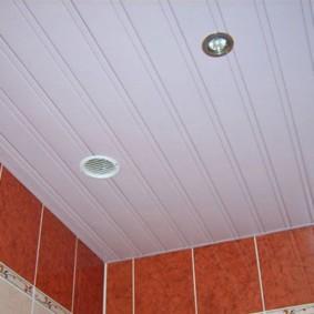 Морковная плитка на стене ванной